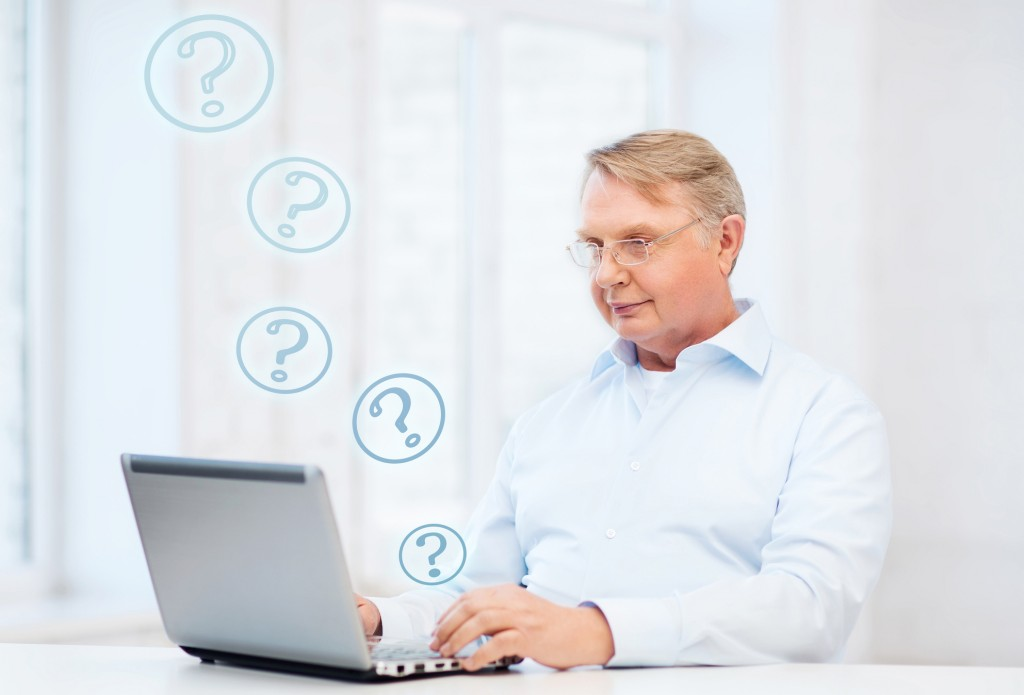 Mann stellt Anfrage per Computer