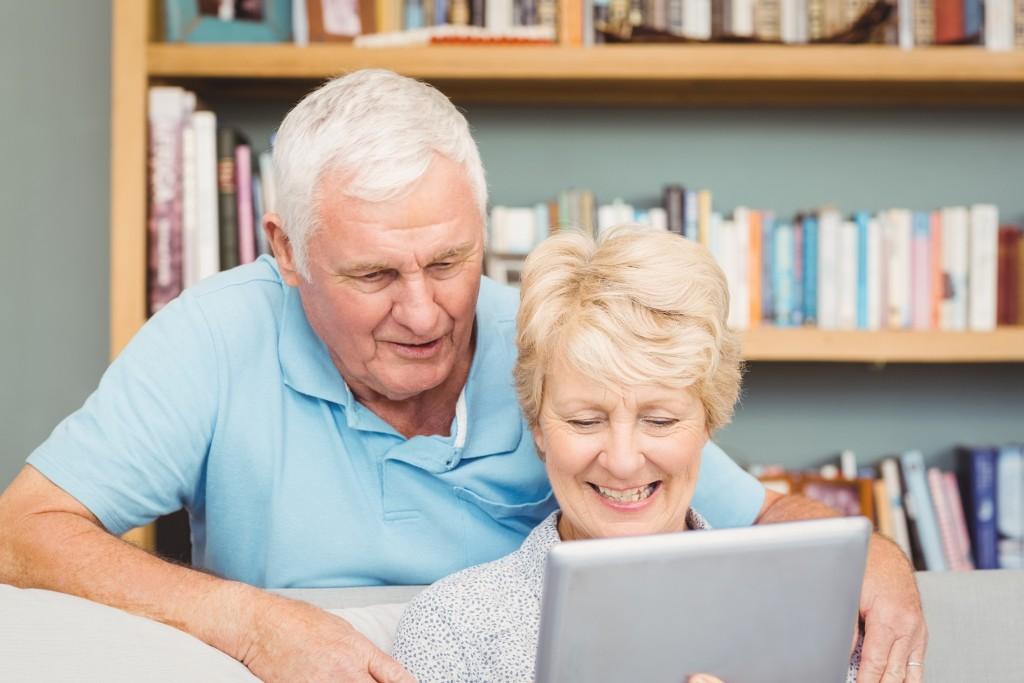 Ehepaar liest Patientenbroschüre